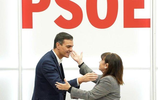 Pedro Sánchez saluda a Cristina Narbona, presidenta del PSOE, antes de la reunión de la ejecutiva del partido, este lunes.