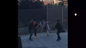 Lluita amb matxets a plena llum del dia a Lavapiés