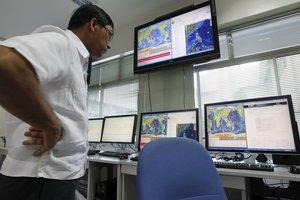 Investigadores del Instituto Filipino de Vulcanología y Sismología (Phivolcs) monitorizan los datos del terremoto.
