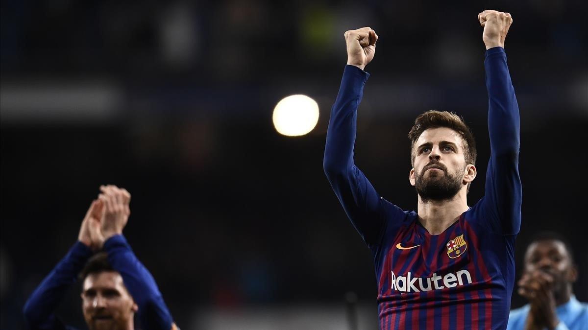 Piqué celebra junto a Messi el segundo triunfo consecutivo en el Bernabéu.