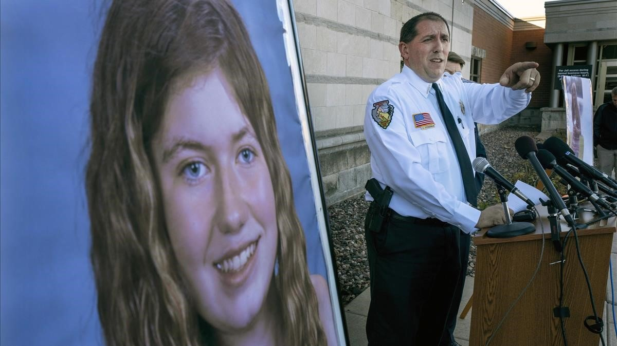 La policía informa sobre el caso de Jayme Closs.