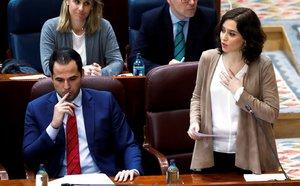 La presidenta madrileña en el pleno de la Asamblea este jueves.