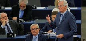 El presidente de la Comisión Europea, Jean-Claude Juncker, sentado, en su última sesión en el Parlamento Europeo.