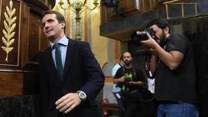 El presidente del PP, Pablo Casado, a su entrada hoy al hemiciclo.