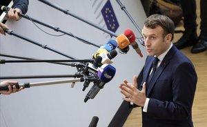 El presidente francés, Emmanuel Macron, atiende a los medios en Bruselas, este jueves.