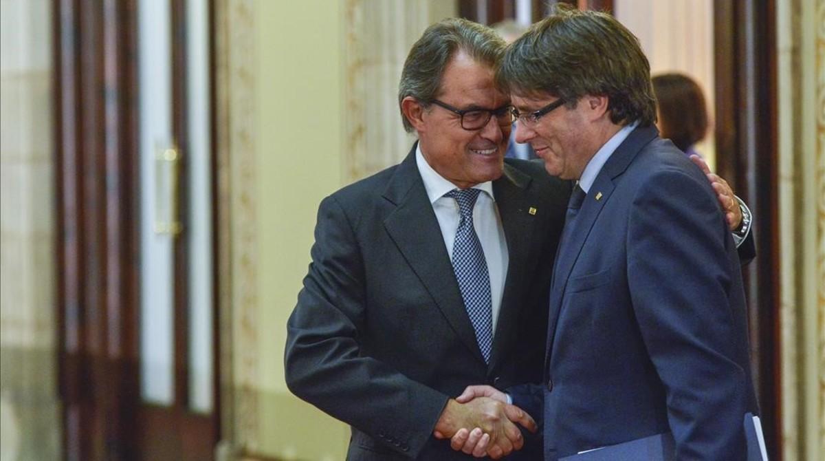 El expresidente de la Generalitat Artur Mas con su sucesor, Carles Puigdemont.