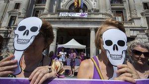 Imagen de archivo de una protesta contra los asesinatos machistas frente al Ayuntamiento de València, en junio del 2017.