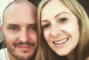 Rachael Bland con su marido en una imagen publicada en Twitter.