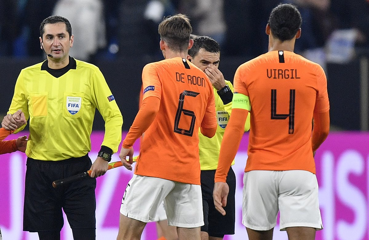 Los jugadores holandeses consuelan a Hategan al final del partido.