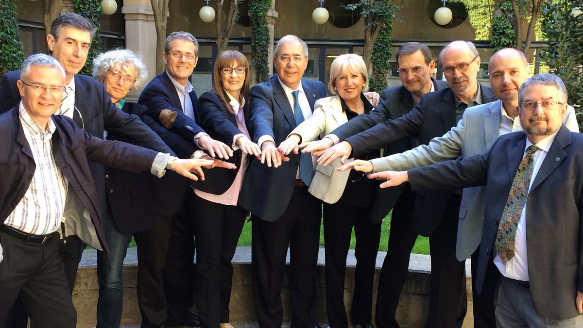 El rector Roberto Fernández, en el centro, con su equipo de gobierno.