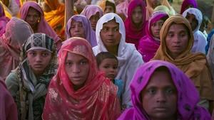Un grupo de mujeresrohinyás del campo de refugiados de Balukhali, en Bangladés.