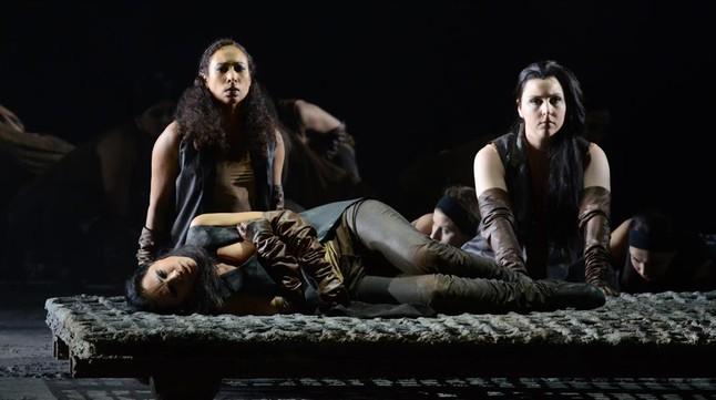Petrinsky, tumbada (Penthesilea), Montalvo (Prothoe) y Hubeaux (gran sacerdotisa), en 'Penthesilea', ópera de Pascal Dusapin estrenada en el teatro de La Monnaie (Bruselas).