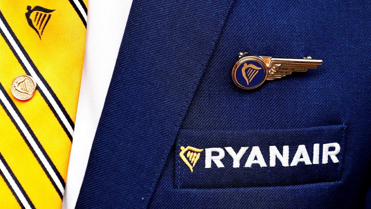 Imagen de la insignia de Ryanair en el uniforme de un tripulante de cabina.