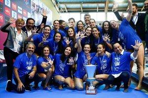 El CN Sabadell posa con la Copa de Europa ganada al Olympiacos, la quinta de su palmarés