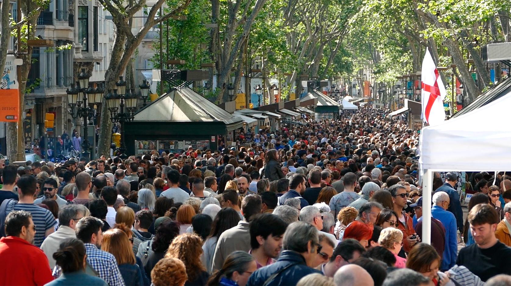 Veïns i turistes col·lapsen el centre de Barcelona a la recerca de roses i llibres