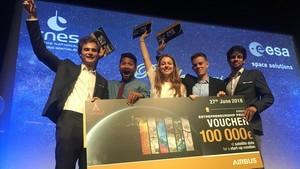 El equipo de Greenvest, premiado en competición internacional Act In Space. Sara Ramos Colmenarejoy Sergi Segura Muñoz, tercera y cuarto en la imagen, son los dos españoles premiados