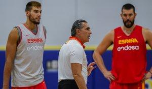 Scariolo da instrucciones a sus jugadores con Willy Hernangómez y Marc Gasol en segundo plano
