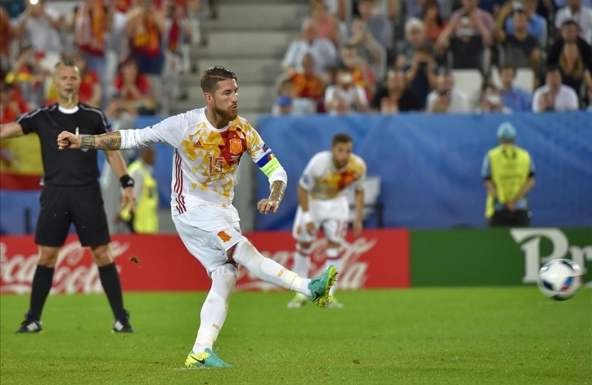 Sergio Ramos falla un penalti durante el partido entre Croacia y España.
