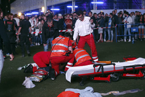 Servicios médicos intentan reanimar al acróbata accidentado en el festival Mad Cool de Madrid.