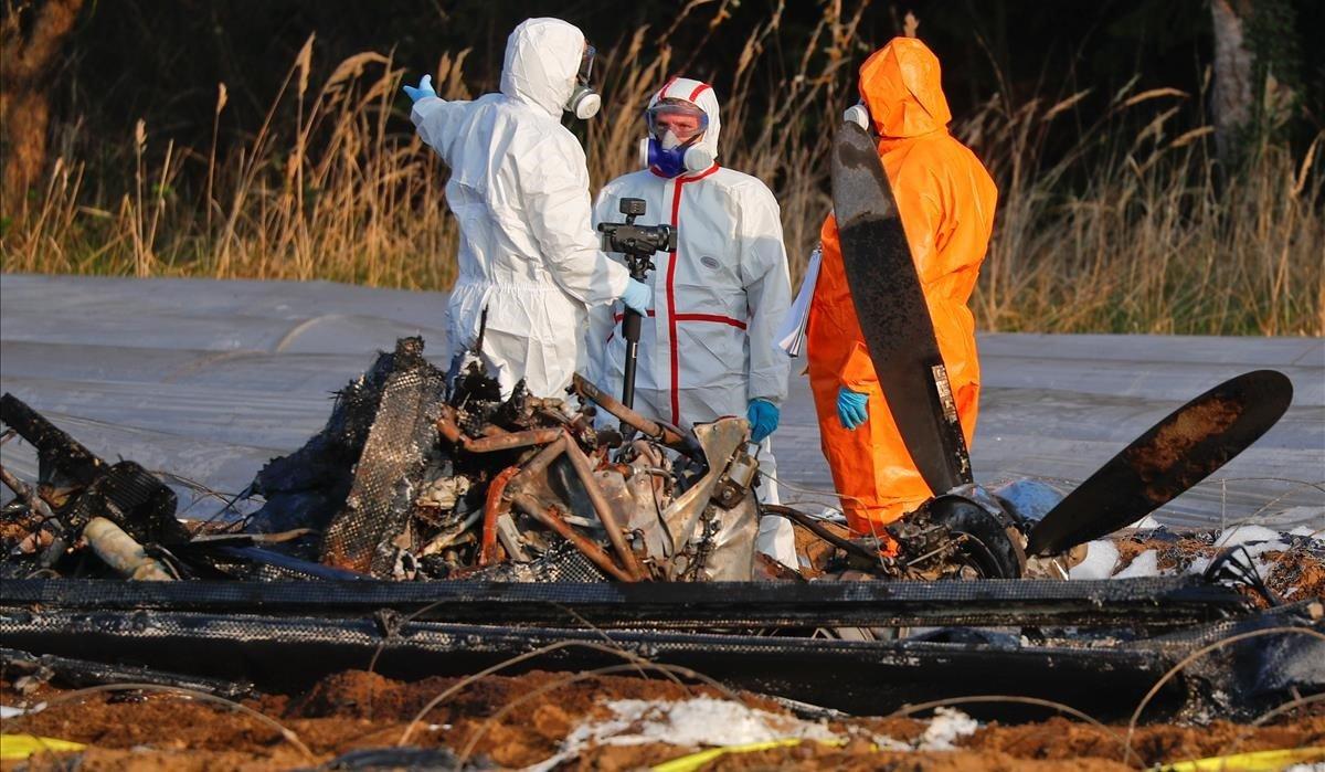 Equipo de forenses junto a la avioneta siniestrada en Erzhausen.