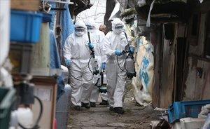 Soldados de Corea del Sur desinfectan un barrio de Seúl.
