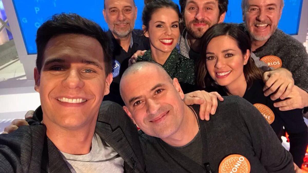 Antonio Ruiz (en el centro), ganador del bote de más de 1,1 millones de euros,ya rapado, en un selfi con Christian Gálvez, presentador de 'Pasapalabra' y algunos de los concursantes 'celebrities'.
