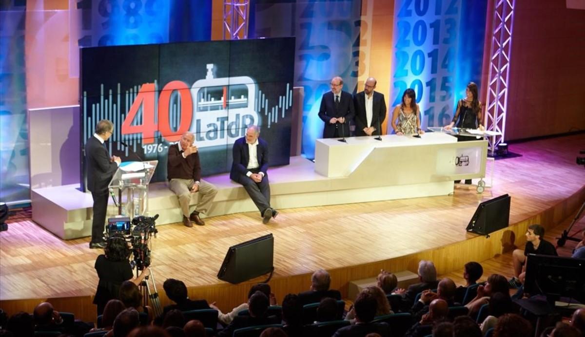 Puyal se dirige a Carles Rexach y Andoni Zubizarreta, con Antoni Bassas, Jordi Basté y Pilar Calvo, a la derecha, junto a la presentadora Judit Esteban, durante el programa sobre sus 40 años del Barça en lengua catalana.