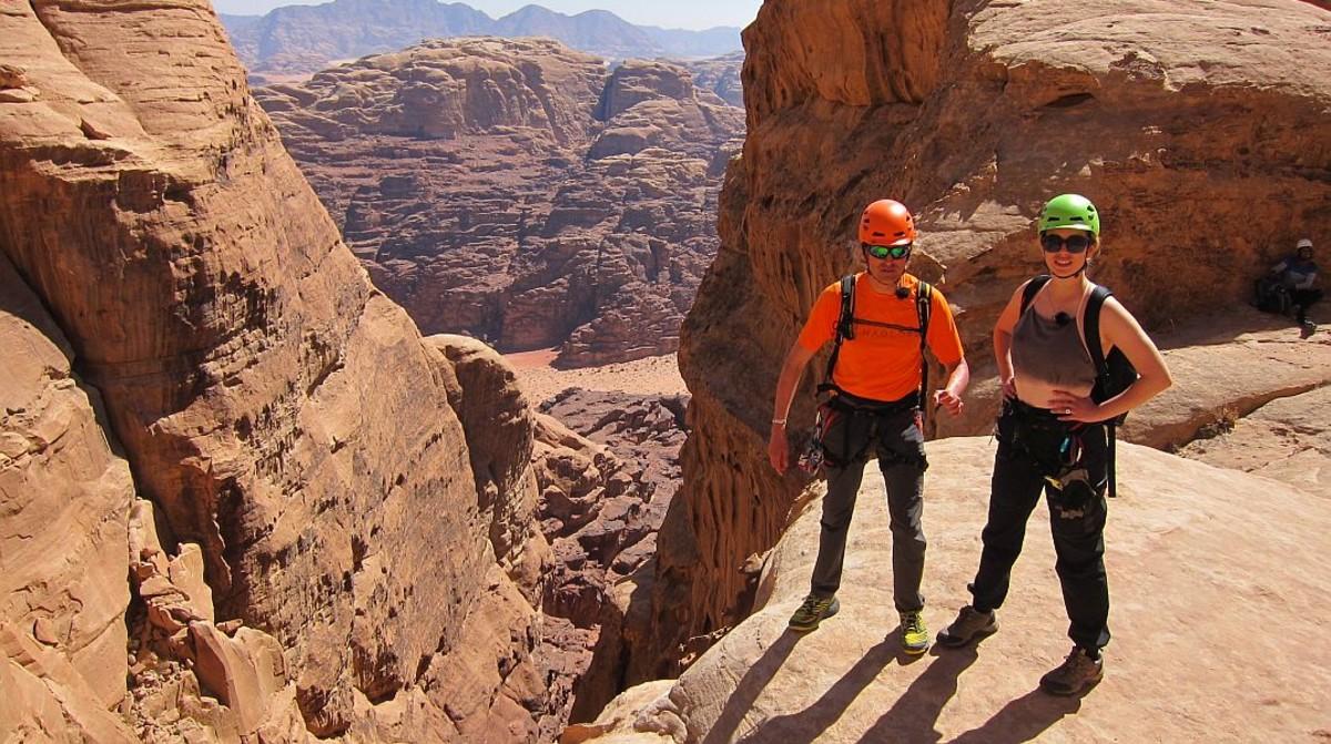 Blanca Suárez y Jesus Calleja en lo alto de Jebel Khasali, la montaña que domina el desierto de Uadi Rum, en Jordania.