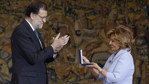 Mª Teresa Campos recibe, entre varios premiados, la Medalla al Mérito en el Trabajo.