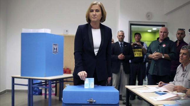 Tzipi Livni, líder del centrista Hatnuá, vota en un colegio de Tel-Aviv, este martes.