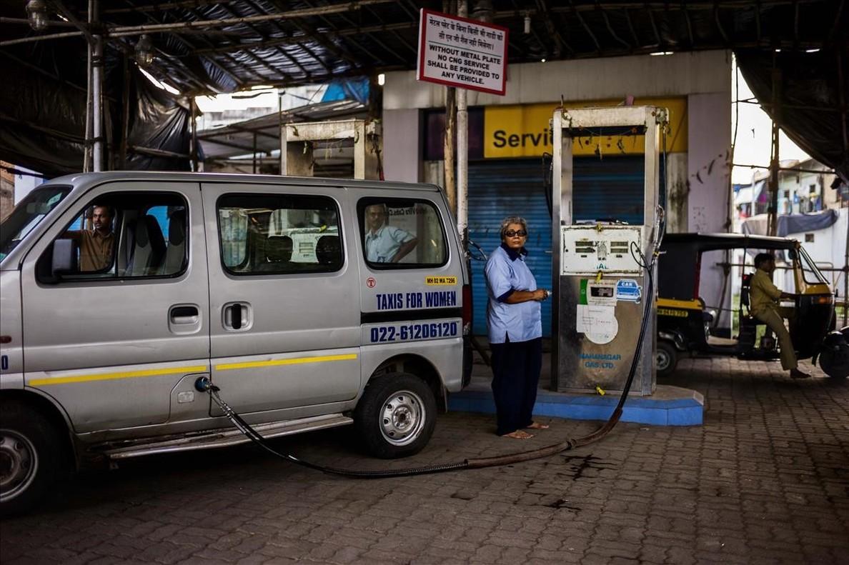 Una de las mujres taxistas formadas por la Fundación Azad de Delhi para prevenir las violaciones, la imagen deSerena de Sanctis luce en la exposición By a girl, en Fnac.