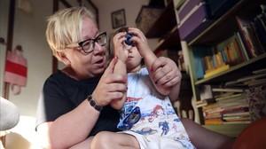Una monitora juega con una niña de tres añosen su casa, en Madrid.