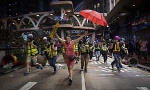 Una mujer sostiene un paraguas, símbolo de la protesta de Hong Kong, durante las manifestaciones en el distrito de Causeway Bay, el 1 de octubre del 2019.