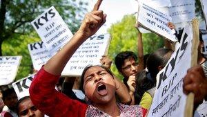 Unas mujeres protestan contra la violación de una niña en la ciudad india de Kathua el pasado abril.