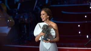 La actriz Ana Belén, recibiendo el premio Goya a toda su trayectoria artística.