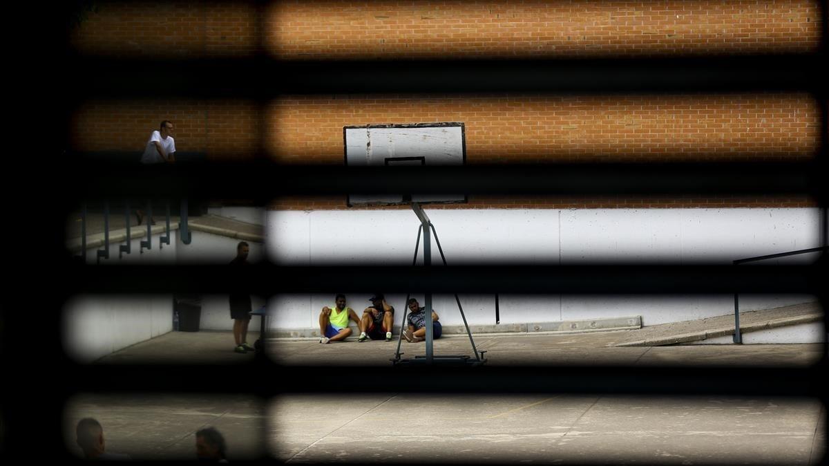 La Generalitat planeja que delinqüents amb condemnes curtes no trepitgin la presó