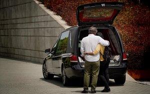 Una pareja se despide de un familiar a la puerta del crematorio del Cementerio Sur de Madrid.