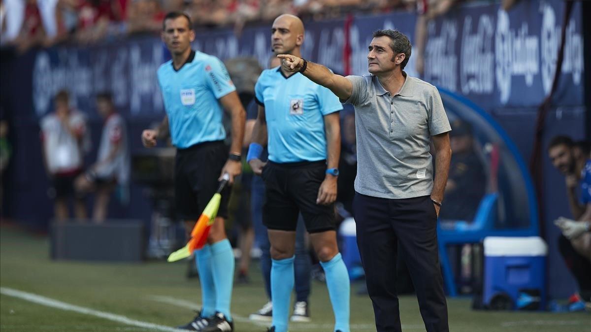 Valverde da instrucciones durante el Osasuna-Barça en El Sadar.