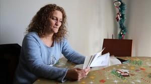 Vanesa revisa la documentación sobre el grado de dependencia de su padre.
