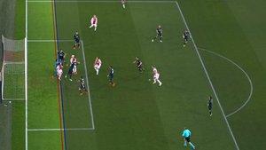 Captura del polémico gol anulado al Ajax después de consultarse el VAR.