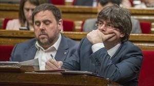 El vicepresidente del Govern, Oriol Junqueras, y el presidente de la Generalitat, Carles Puigdemont, en el Parlament.