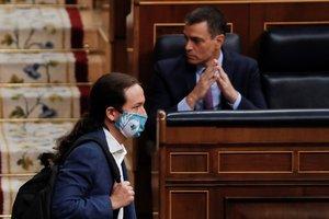 El vicepresidente segundo, Pablo Iglesias, pasa delante del presidente, Pedro Sánchez, el pasado 24 de junio en el Congreso.