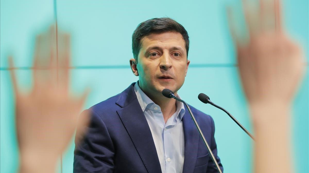 Volodímir Zelenski atiende a los medios de comunicación, en la noche electoral.