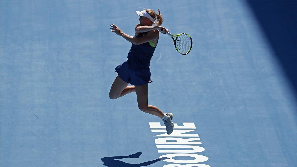 Wozniacki golpea una bola en su semifinal con Mertens