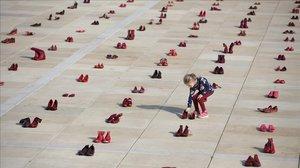 Zapatos rojos colocados cuidadosamente en la plaza Habima de Tel Aviv en una protesta contra la violencia contra las mujeres.