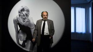 Leopoldo Pomés,junto a una de lasfotografías de la retrospectiva quela Pedrera le dedicó en el 2015.