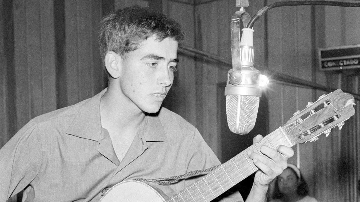 Serrat, en radio Barcelona, en julio de 1965.