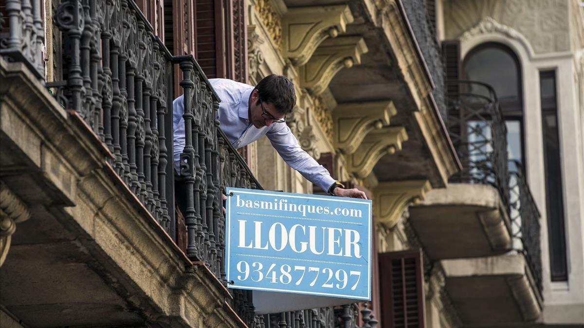 Cartel de piso en alquiler en Rambla de Catalunya. La vivienda es una de las principales inquietudes de los barceloneses.