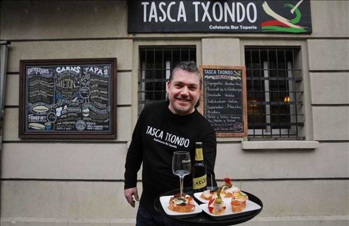 Jordi Sisó, frente a su negocio: el Taska Txondo del paseo de Maragall, el viernes.