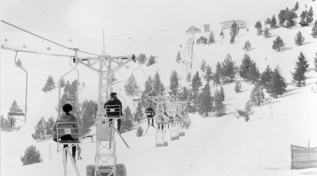 Primeros esquiadores en las pistas de La Molina en 1950.